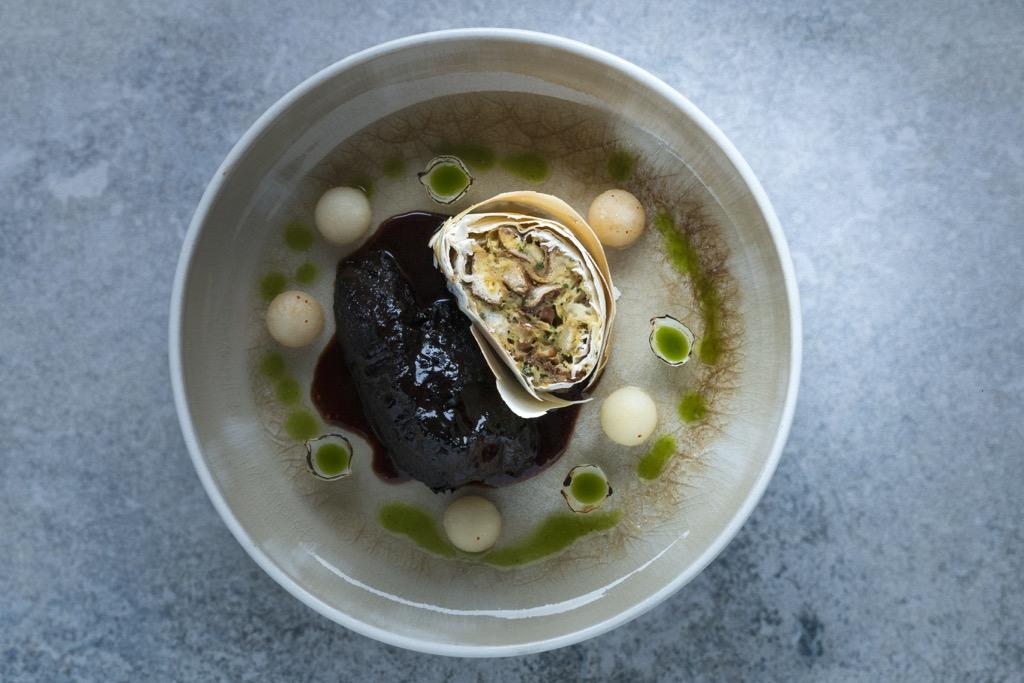 Das-Perfekte-Dinner-Ochsenbacken-Rotwein-Jus-Semmel-Frühlingsrollen-Gewürz-Nashi-Birnen-Perlzwiebeln-Petersilienöl