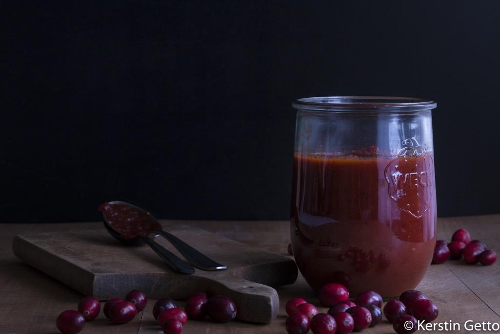 Pulled Wildschwein-mit-Cranberry-BBQ-Sauce-Orangenchutney-Rotkohl-Slaw-und-Wacholderbuns-3